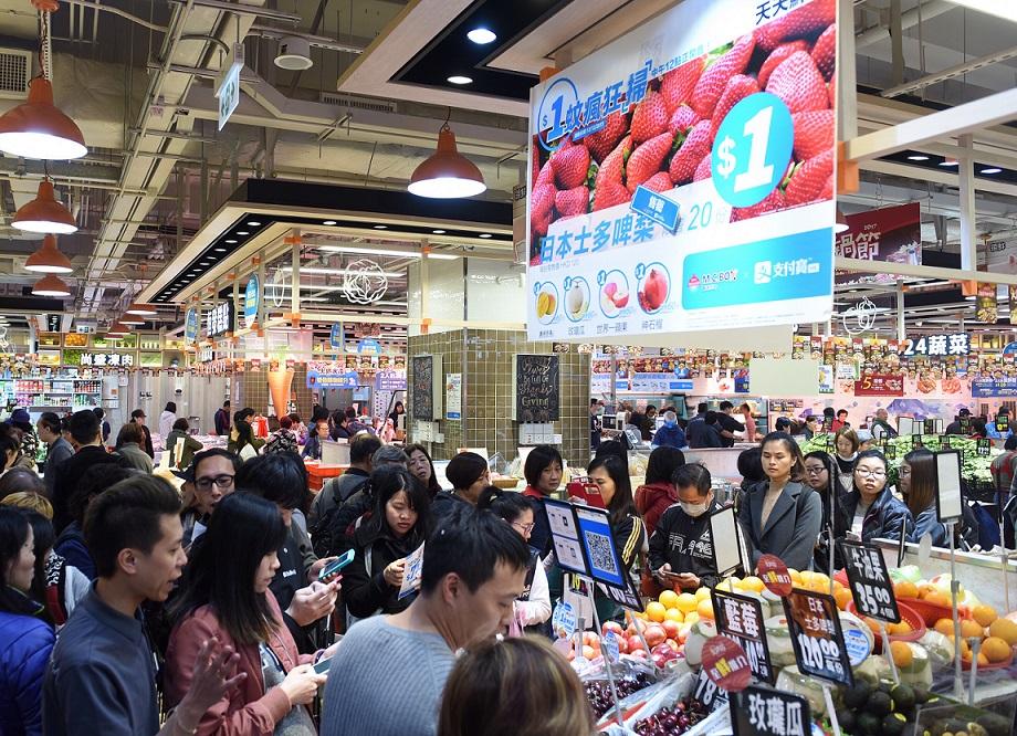 图片二:香港市民参与港版支付宝促销活动,通过扫码购买水果。新华社记者秦晴摄。.jpg