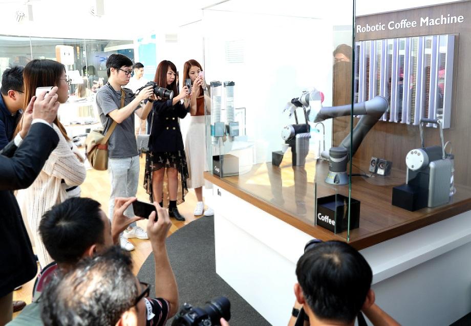 图片九:在香港无人零售店内,机器人正在做咖啡。新华社记者秦晴摄。.jpg