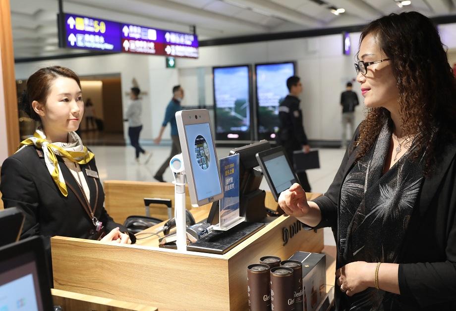 图片八:香港国际机场的人脸识别支付场景。新华社记者吴晓初摄。.jpg